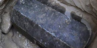 Abren el misterioso sarcófago negro hallado en Egipto