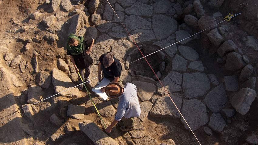 Un grupo de arqueólogos toman medidas en el lugar del hallazgo