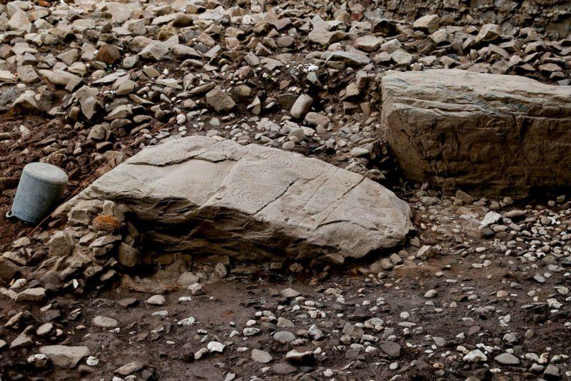 Se encontraron seis bordillos alrededor del perímetro de la tumba