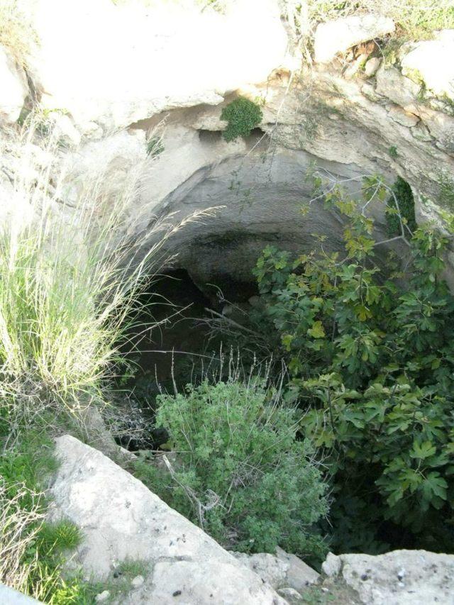 Una entrada a la cueva subterránea en Hurvat Burgin en la reserva natural del bosque de Adullam en Israel