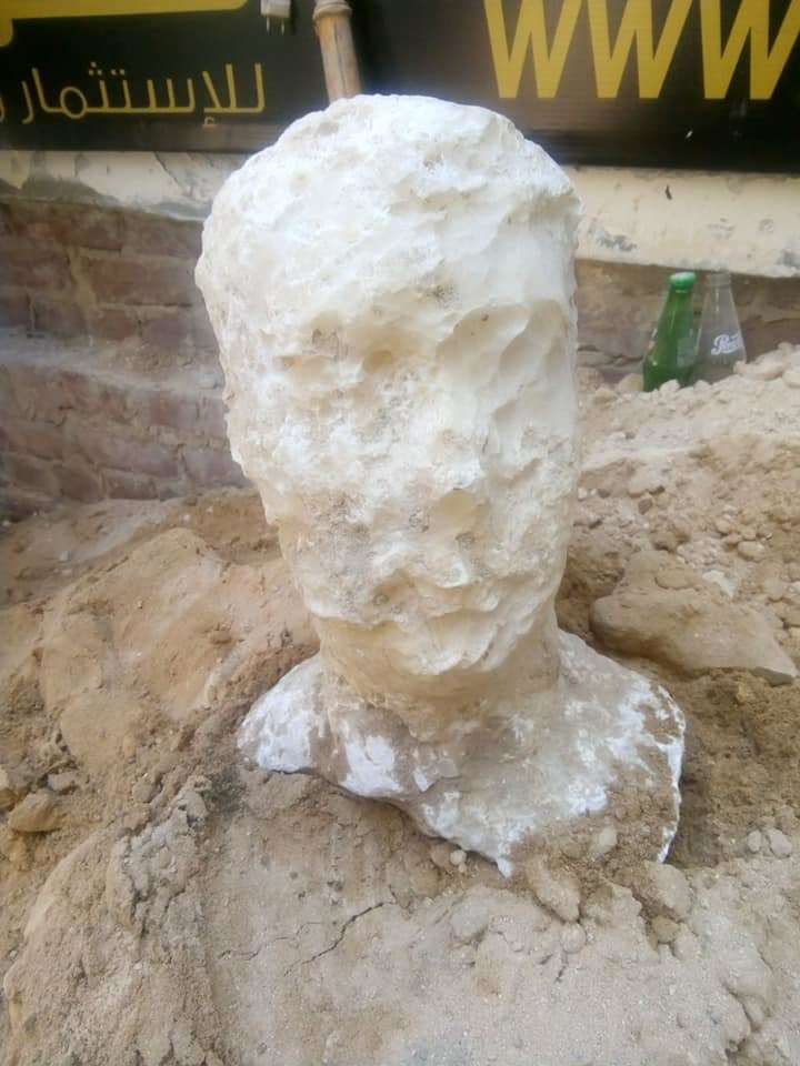 Se encontró una misteriosa piedra tallada cerca del ataúd, pero ¿a quién le corresponde?