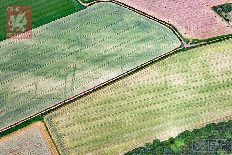 Las marcas de cultivos muestran el contorno de una granja o villa romana en Caerwent, Gales del Sur.