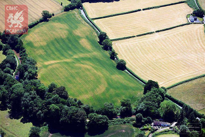 El círculo muestra claramente el Iron Age Cross Oak Hillfort.