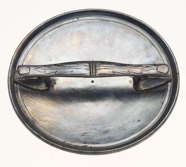 Este espejo de mano plateado fue encontrado junto con el ataúd de piedra