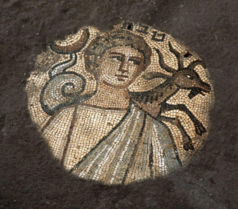 Un mosaico asombrosamente bien conservado que representa el signo astrológico griego de Capricornio, marcado con Tevet, el décimo mes del calendario hebreo