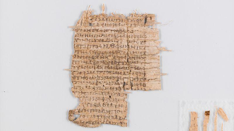 Después de la restauración: limpiado, suavizado y consolidado. Como el papiro es muy frágil y delicado, los fragmentos se almacenan generalmente entre dos placas de vidrio. Entonces la escritura se puede vaciar bien, sin poner en peligro el papiro por el manejo