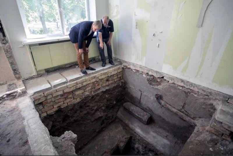 El alcalde de Vilnius, Remigijus Simasius (izquierda) y el líder de la excavación, Jon Seligman, inspeccionan la bimah, o plataforma de oración, de la Gran Sinagoga, ahora enterrada bajo una antigua escuela