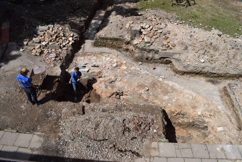 Excavaciones en el sitio de la gran sinagoga de Vilna en la capital lituana, Vilnius.