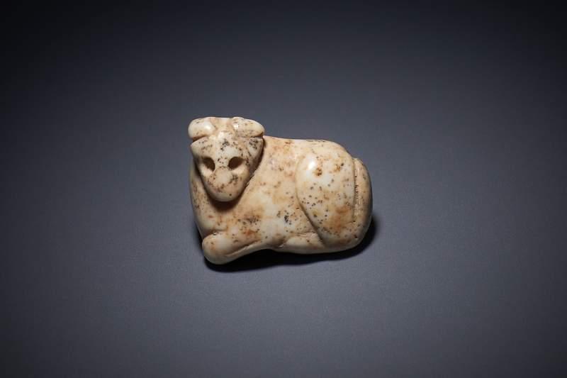 Se cree que este amuleto de mármol blanco fue elaborado durante el período de Jemdet Nasr aproximadamente en el año 3000 a.C.