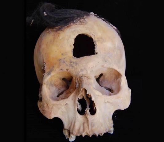 Hallan cabezas de trofeo y momias en antiguas fosas de Perú
