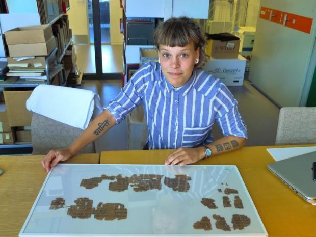 Sofie Schiødt frente a un papiro médico de 3.500 años de antigüedad