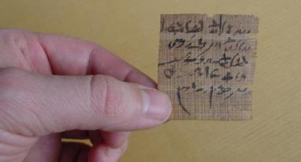 Se cree que esta pequeña pieza de papiro contiene un tipo de pregunta oráculo. El autor ha escrito dos resultados posibles para una situación y le pidió a los dioses que indicaran cuál era la verdad