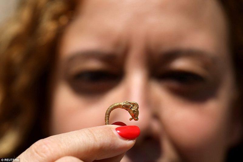 La Autoridad de Antigüedades de Israel dijo que la baratija podría haber sido usada por hombres o mujeres adinerados en ese momento. Pendientes similares se han encontrado en todo el Mediterráneo, pero son raros en Israel