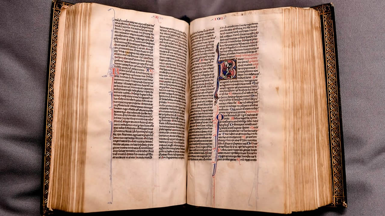 Recuperan un rara Biblia del siglo XIII, la Biblia de Lyghfield
