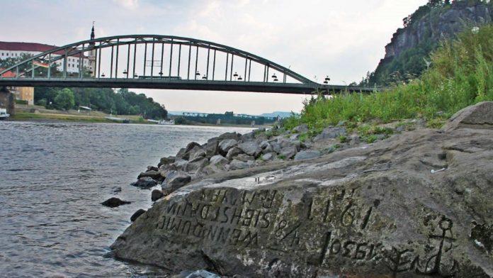 Tallas antiguas surgen del río Elba y su mensaje es deprimente