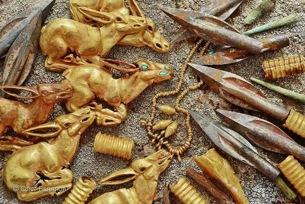 Unos 3.000 objetos de oro fueron desenterrados por arqueólogos en un túmulo funerario en las remotas montañas Tarbagatai.