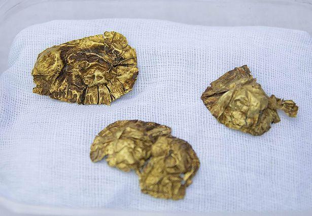 Entre los hallazgos se encuentran aretes en forma de campanas, placas de oro con remaches, placas, cadenas y un collar con piedras preciosas.