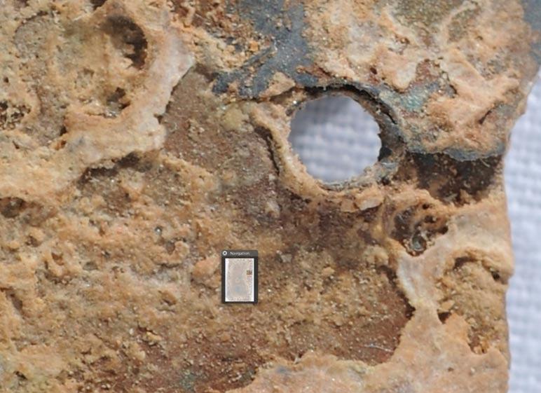 Importante acumulación de compuestos minerales en el interior de agujeros y grietas
