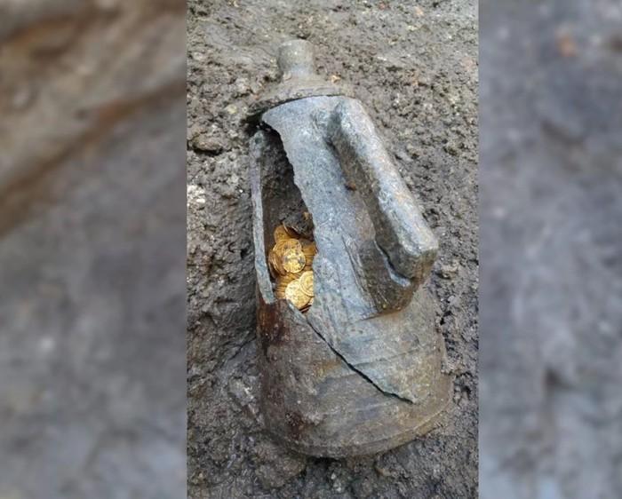 Las monedas se encontraron escondidas dentro de un ánfora, que es un frasco utilizado por los romanos para almacenar líquidos como el vino y el aceite de oliva.