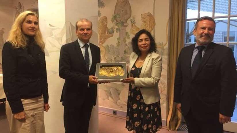 La ministra de Cultura de Perú, Patricia Balbuena, recibe la máscara devuelta por Alemania
