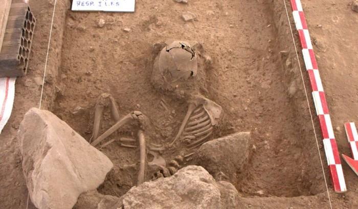 El primer entierro corresponde a una persona menor de 20 años, quien fue rodeado por una estructura de piedras y cuya osamenta se halló flexionada y con modificaciones cefálicas