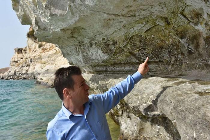 Mehmet Alkan, director del Museo Adıyaman, señala características en las tallas