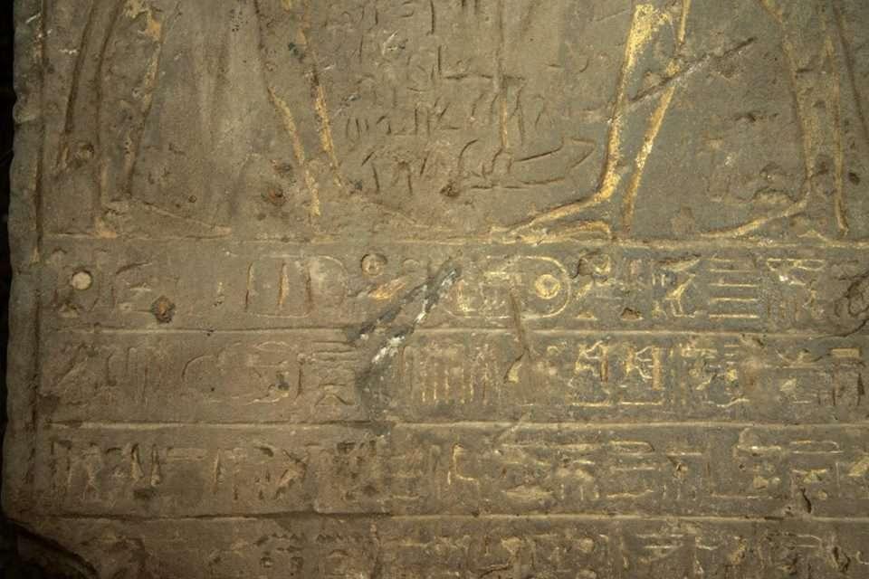 Debajo del trío hay 26 líneas escritas en jeroglíficos, algunos de los cuales mencionan el nombre del Rey Horembheb varias veces