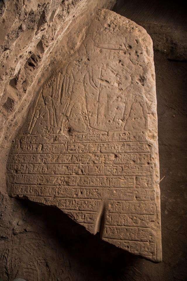 La tablilla muestra al rey Ptolomeo junto a su esposa, Horus, y varias otras deidades egipcias en una escena que muestra al rey de pie y sosteniendo un palo