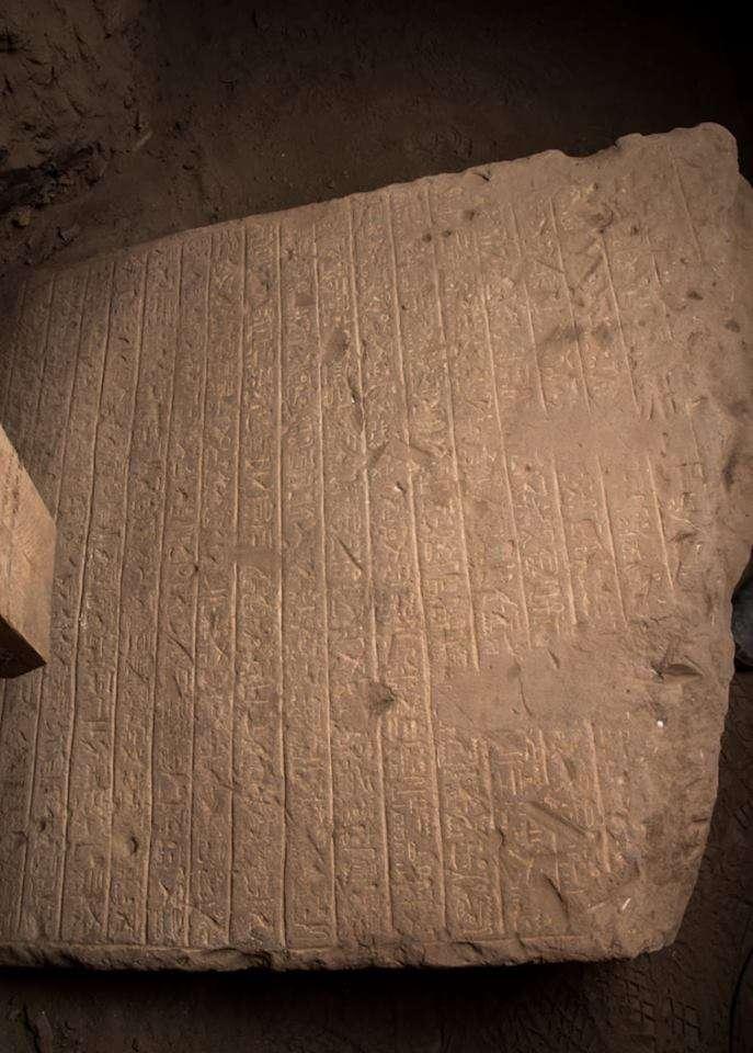 Debajo de la imagen hay 28 líneas escritas en jeroglíficos