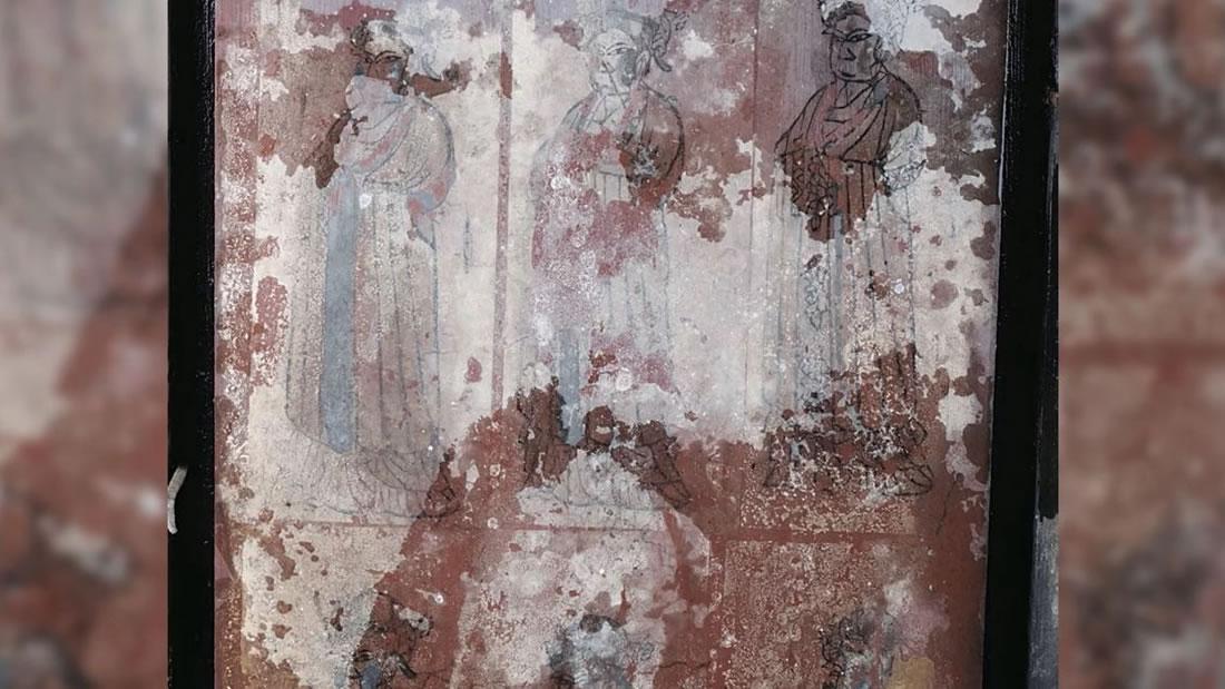 Esqueleto de la «Gran Dama» de 900 años emerge de un ataúd acuoso