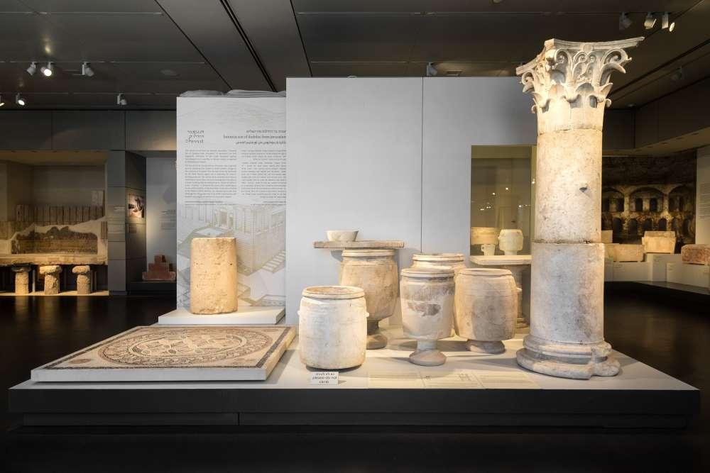 La piedra pilar y la cerámica del sitio de producción cercano. Laura Lachman