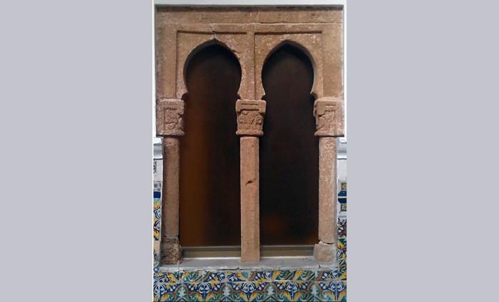 Ventana visigótica en el Santurario de Regla, en Chipiona, España