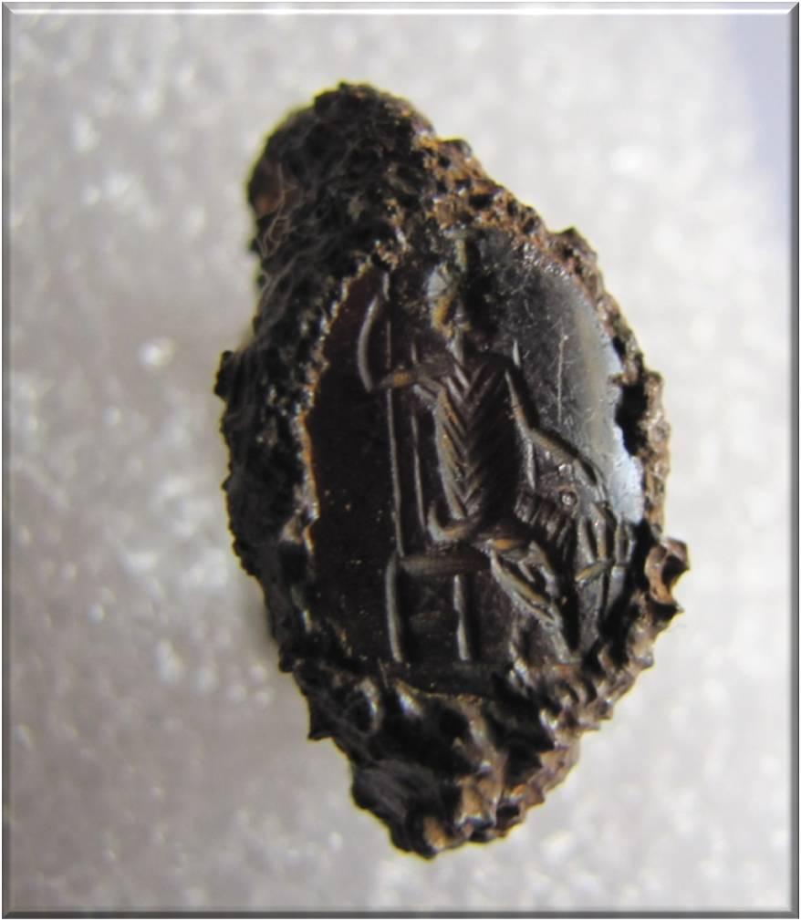 Anillo de hierro de época romana con un grabado representado a Serapis y al can Cerbero