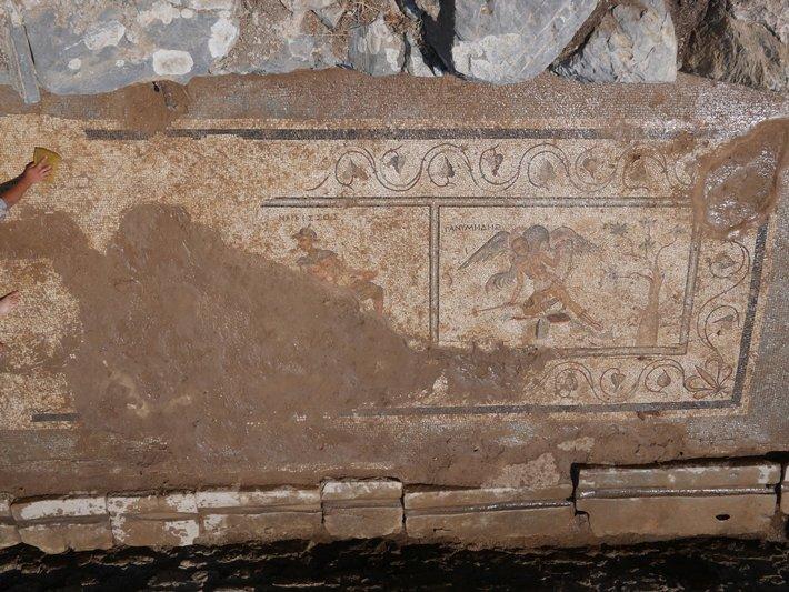 Chistes sucios en mosaicos de letrinas que entretenían a los antiguos romanos