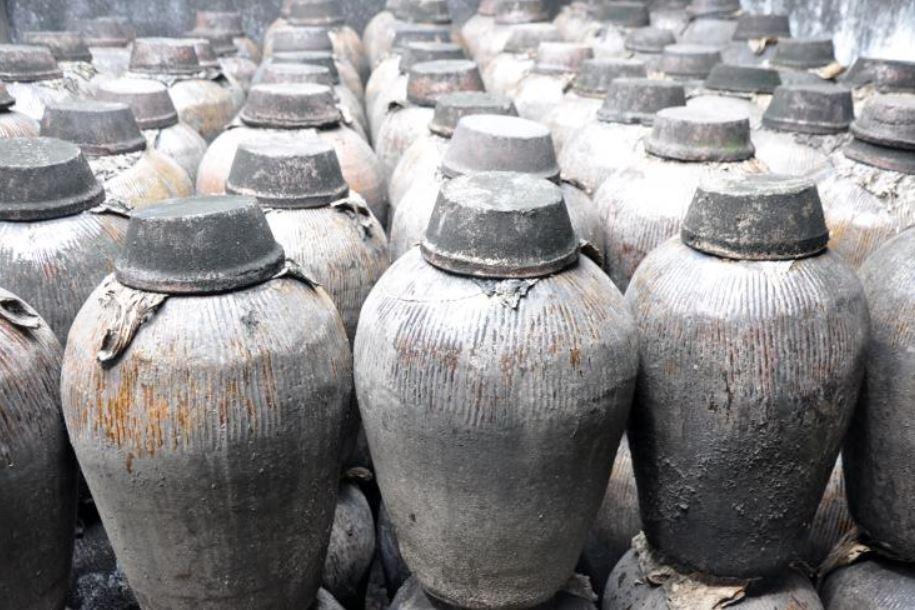 Los recipientes tradicionales chinos como éstos se usaban con mayor frecuencia para almacenar vino. Se descubrió casi un galón de líquido amarillo claro y acre en una antigua olla de bronce
