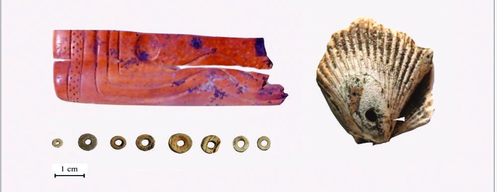 Artefacto óseo con diseños pirograbados (izquierda), un adorno hecho con una concha de vieira del Océano Pacífico (derecha) y cuentas de piedra y conchas (abajo a la izquierda)