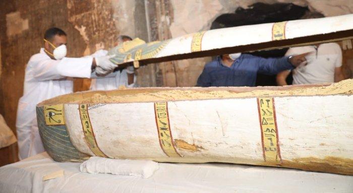Los arqueólogos abren el ataúd de Pou-you ante la prensa internacional el 24 de noviembre