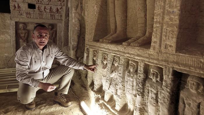 Estatuas en una tumba de 4.400 años recién hallada en Saqqara, Egipto, el 15 de diciembre de 2018