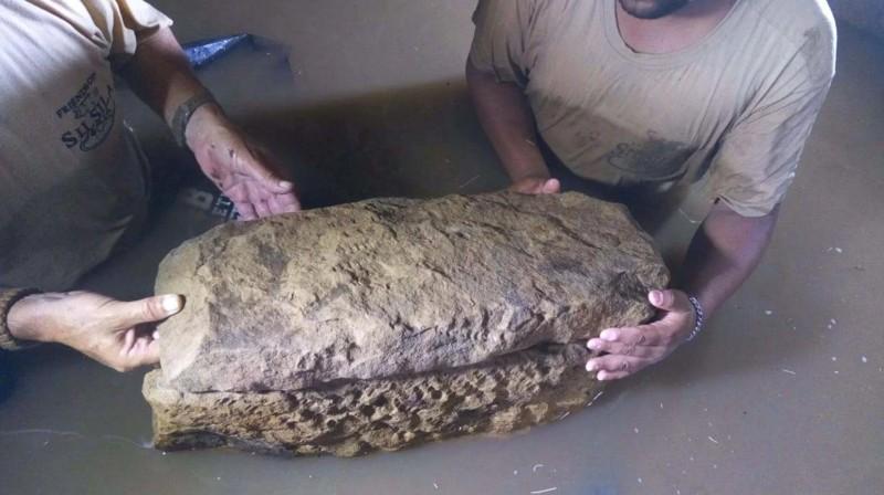Un pequeño sarcófago hecho para un bebé se sienta en la tumba inundada