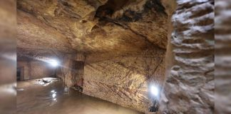 Arqueólogos escudriñan sopa de restos humanos en una tumba anegada en Egipto