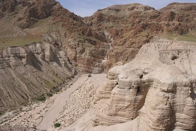 Un equipo de arqueólogos están excavando dos cuevas recién descubiertas en Qumran, en busca de los restos de los Rollos del Mar Muerto