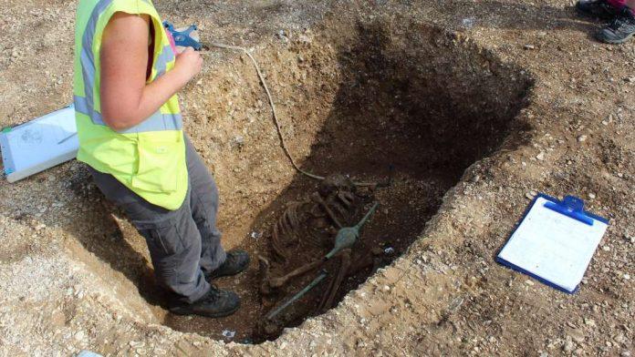 Este esqueleto de la Edad de Hierro fue «asesinado» al menos dos veces para evitar que se levantara de entre los muertos