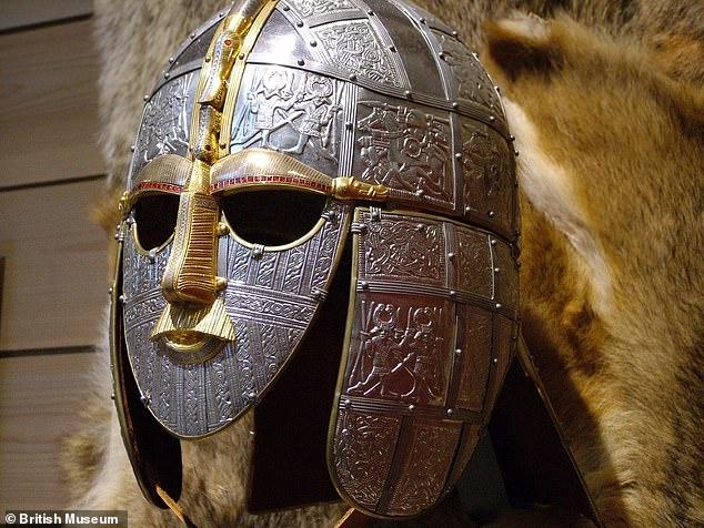 Esta imagen muestra una recreación en el Museo Británico del casco Sutton Hoo