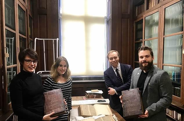 El personal de la Universidad de Bristol con la serie de libros del siglo XVI en la sala de libros raros de la Biblioteca Central de Bristol. Un descubrimiento fortuito ha llevado al descubrimiento de fragmentos de un manuscrito de la Edad Media que cuenta la historia del mago Merlín
