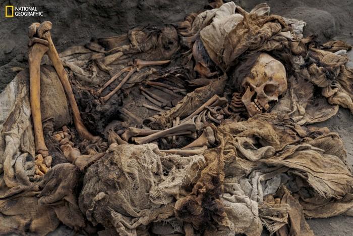 Los restos de dos niños descansan uno al lado del otro en el sitio de enterramiento masivo de Pampa la Cruz