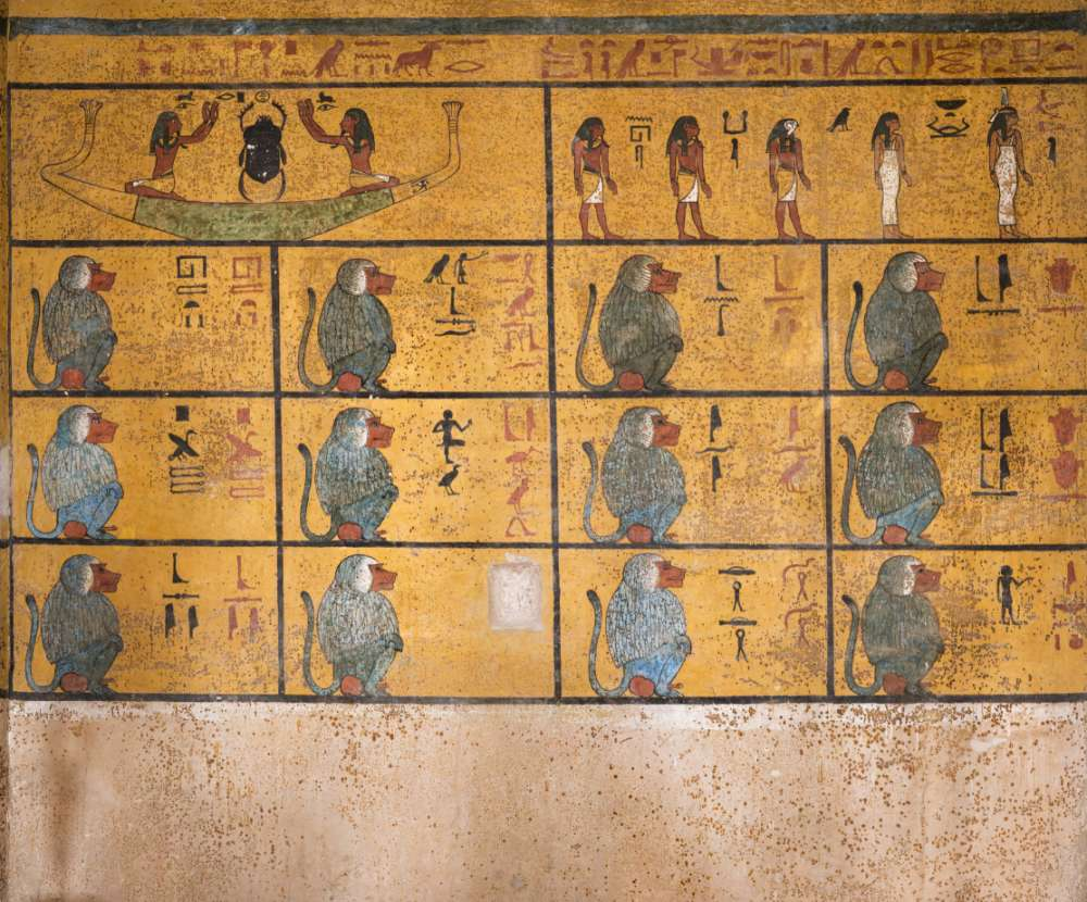 La pared oeste de la cámara funeraria muestra un extracto del Libro de Amduat o «Qué hay en el inframundo». El registro superior representa la barca solar precedida por cinco deidades. En los compartimentos de abajo hay doce deidades babuinas, que representan las doce horas de la noche a través de las cuales el Sol viaja antes de su renacimiento al amanecer
