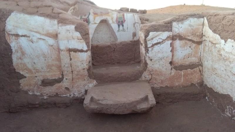 Los últimos hallazgos incluyen una tumba de arenisca con una escalera de 20 escalones y una tumba de adobe ubicada en el lado este de la primera