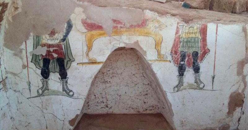 Cada una de las tumbas está decorada con pinturas funerarias vibrantes, aunque gran parte de las obras de arte se han perdido en el tiempo. Según el Ministerio de Antigüedades de Egipto, las pinturas una vez ilustraron el proceso de momificación de los difuntos