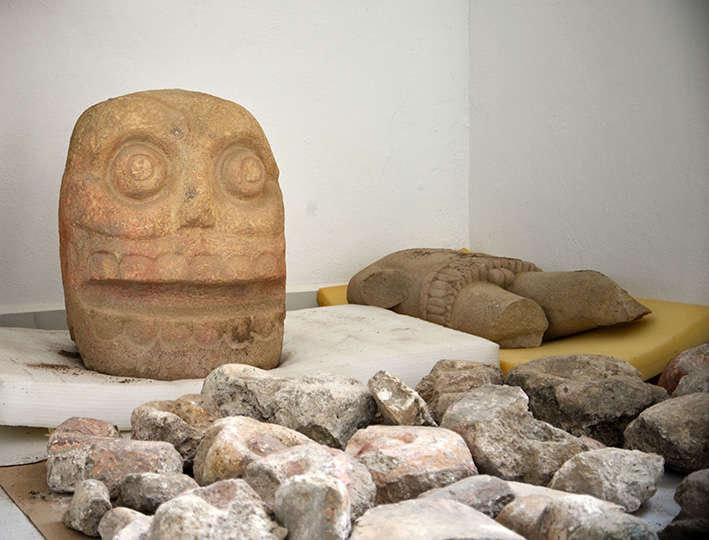 Se ubicaron esculturas con representación de cráneo y un torso cubierto con piel de sacrificio