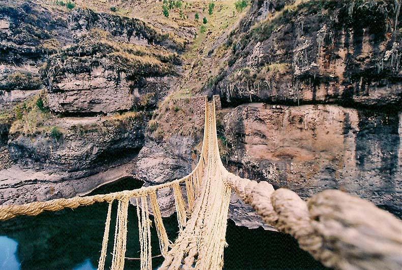 El espectacular puente de cuerda peruano, el último de su tipo, lleva adelante la tradición Inca